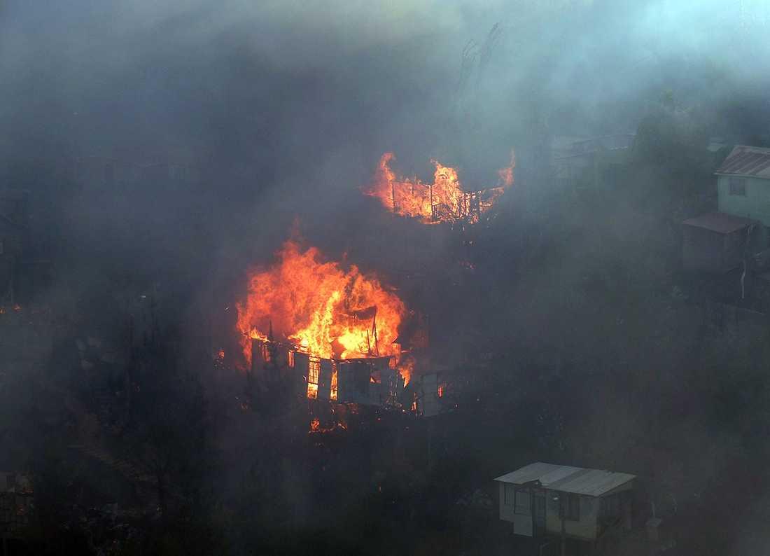 Hus förstörs i branden.