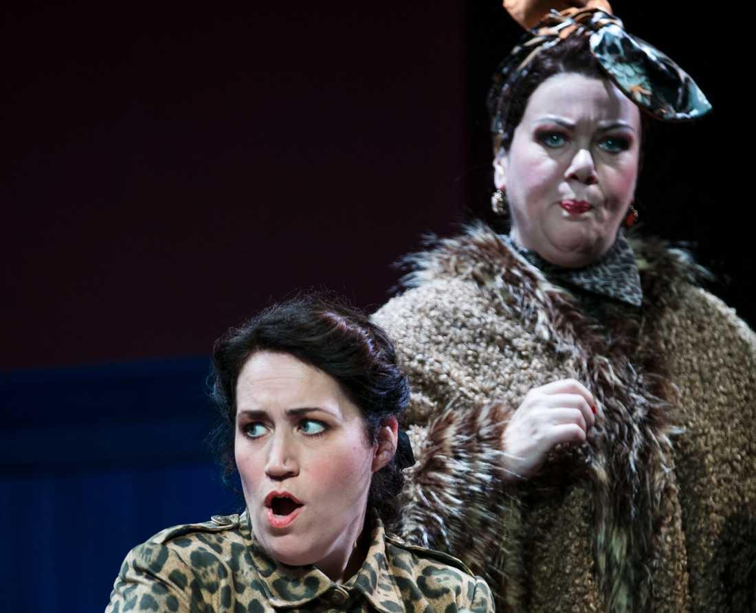 """Annlouice Lögdlund och Ulrika Skarby i operan """"Albert Herring"""" på Wermland opera."""