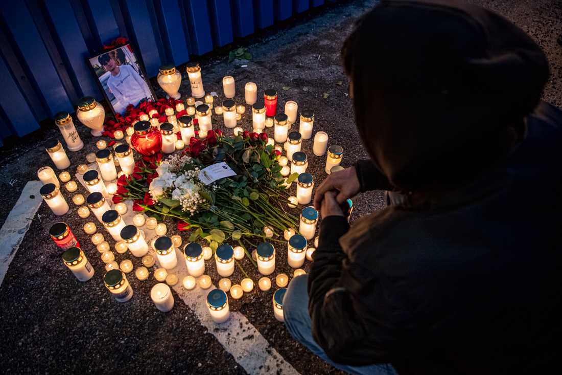 Personer tända ljus och lämna blommor utanför Max.