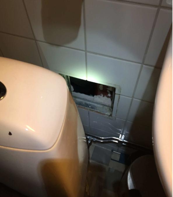 Pengarna låg gömda i en lucka bakom toaletten.