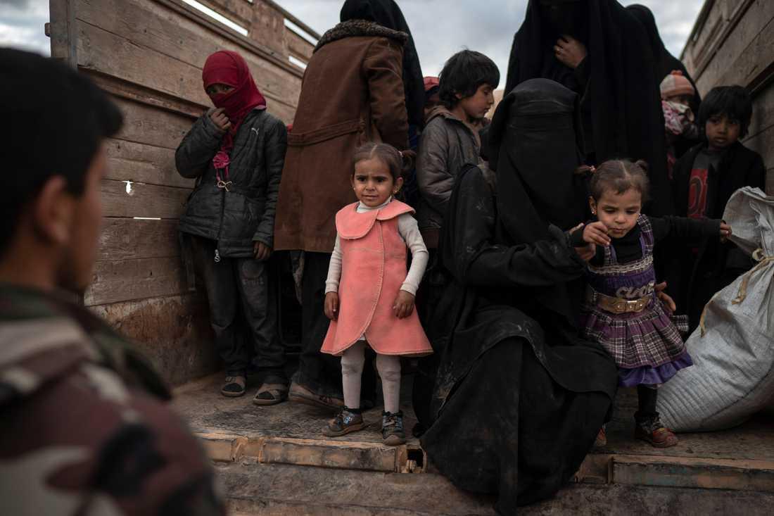 Kvinnor och barn evakueras från det sista IS-fästet i öknen utanför Baghouz i Syrien.