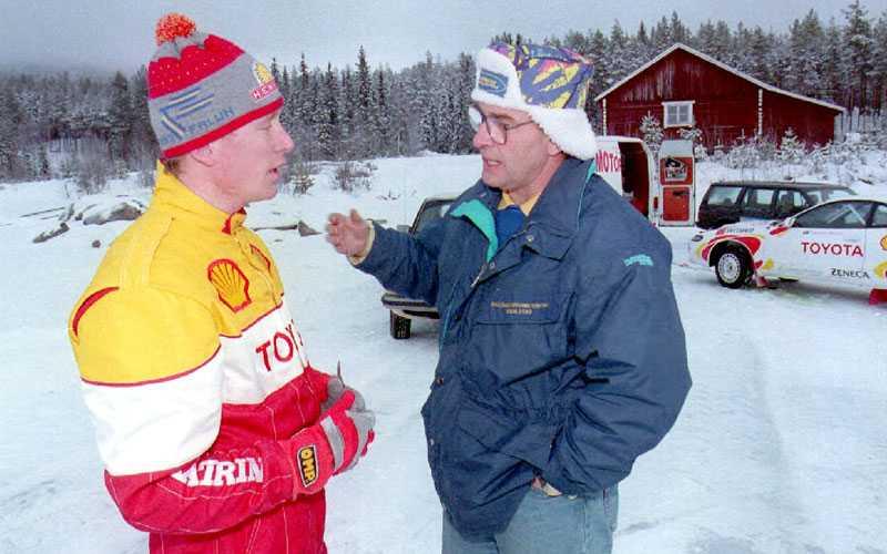 Anders Kulläng instruerar skidkungen Gunde Svan, som ska satsa på att köra rallycross, 1994.