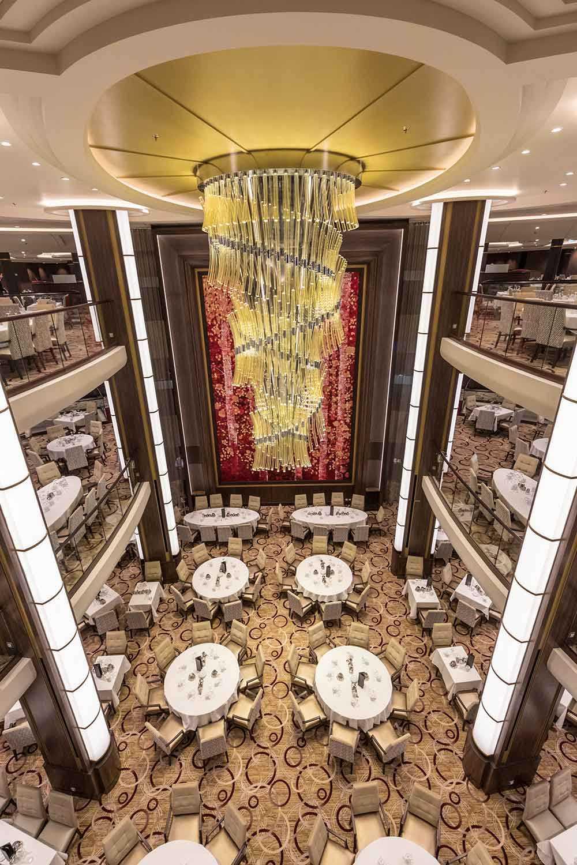 Den stora restaurangen har plats för många ombord.