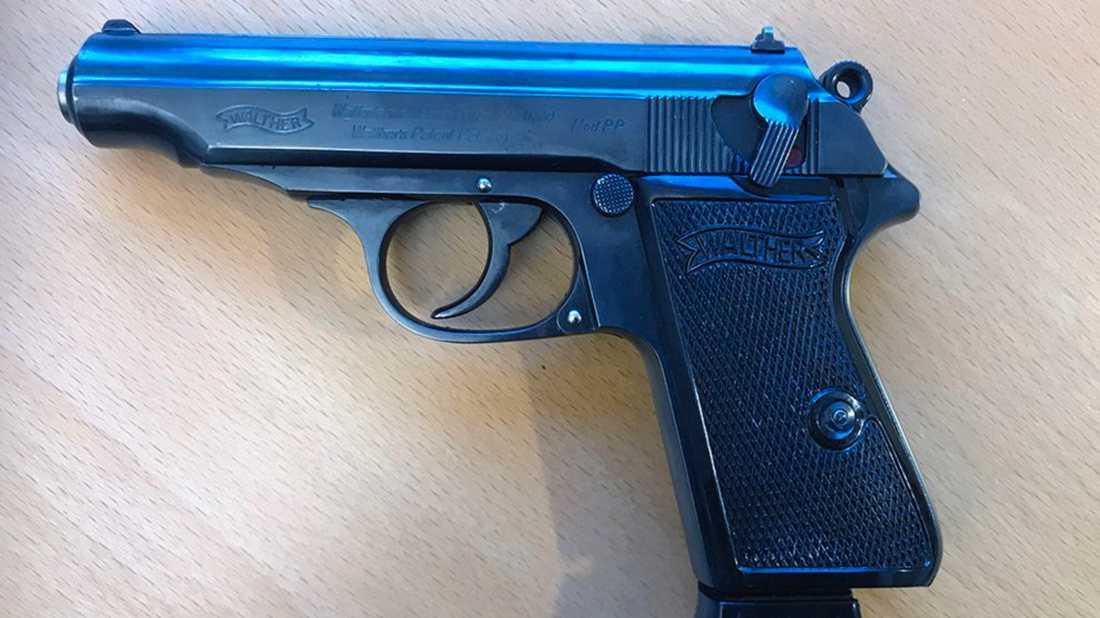 Bland annat hittades en Walther PPK hemma hos mannen, pistolen som tidigare var polisens tjänstevapen.
