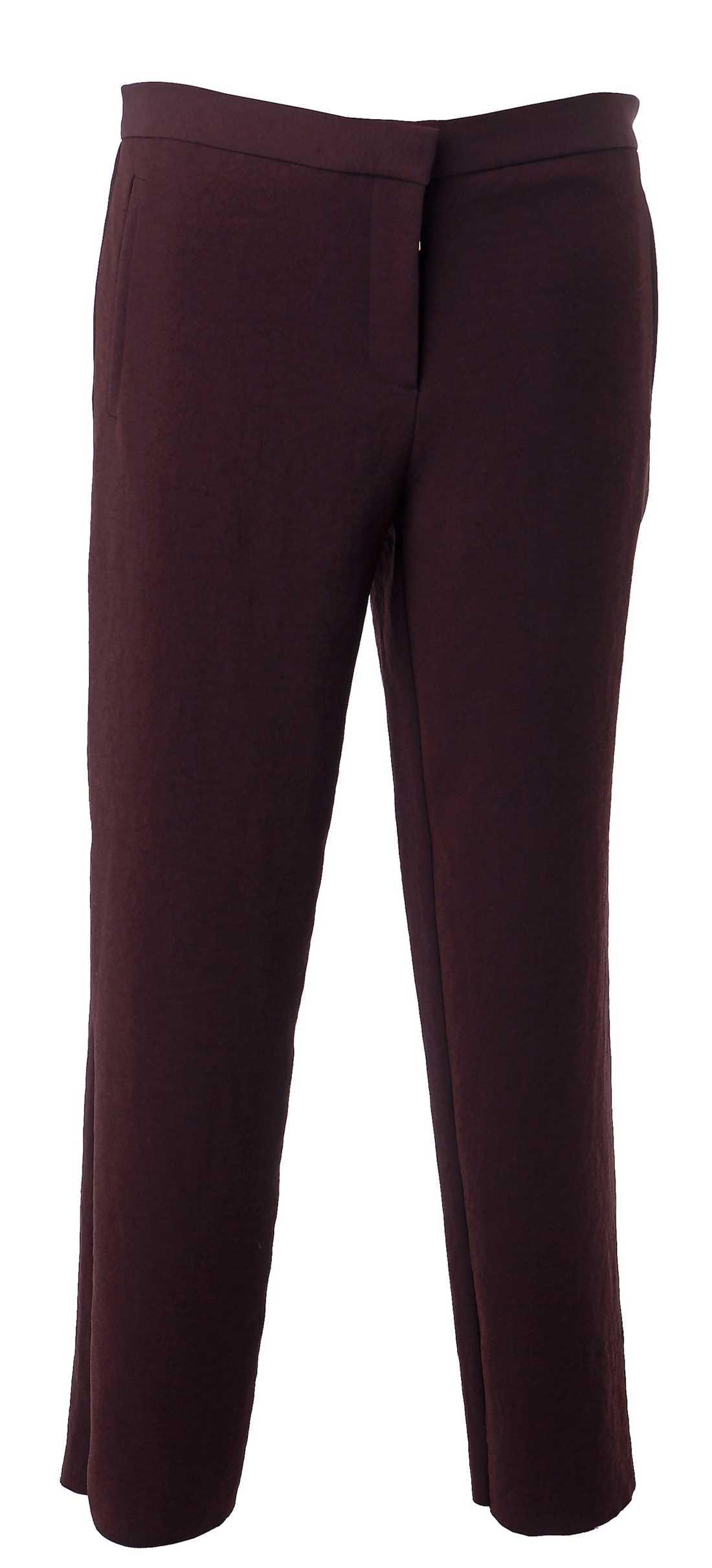 Minimalistiskt Cos. 690 krEtt par lite för korta byxor är snyggt, matcha med höga klackar.