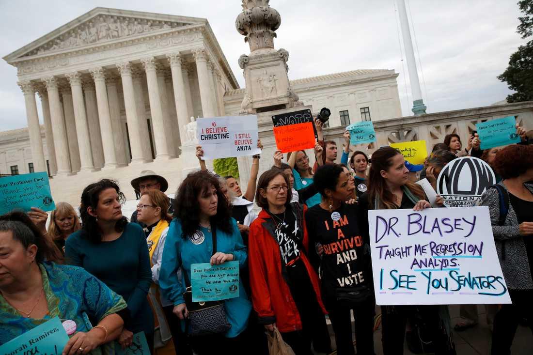 Demonstranter som stöttar Christine Blasey Ford.