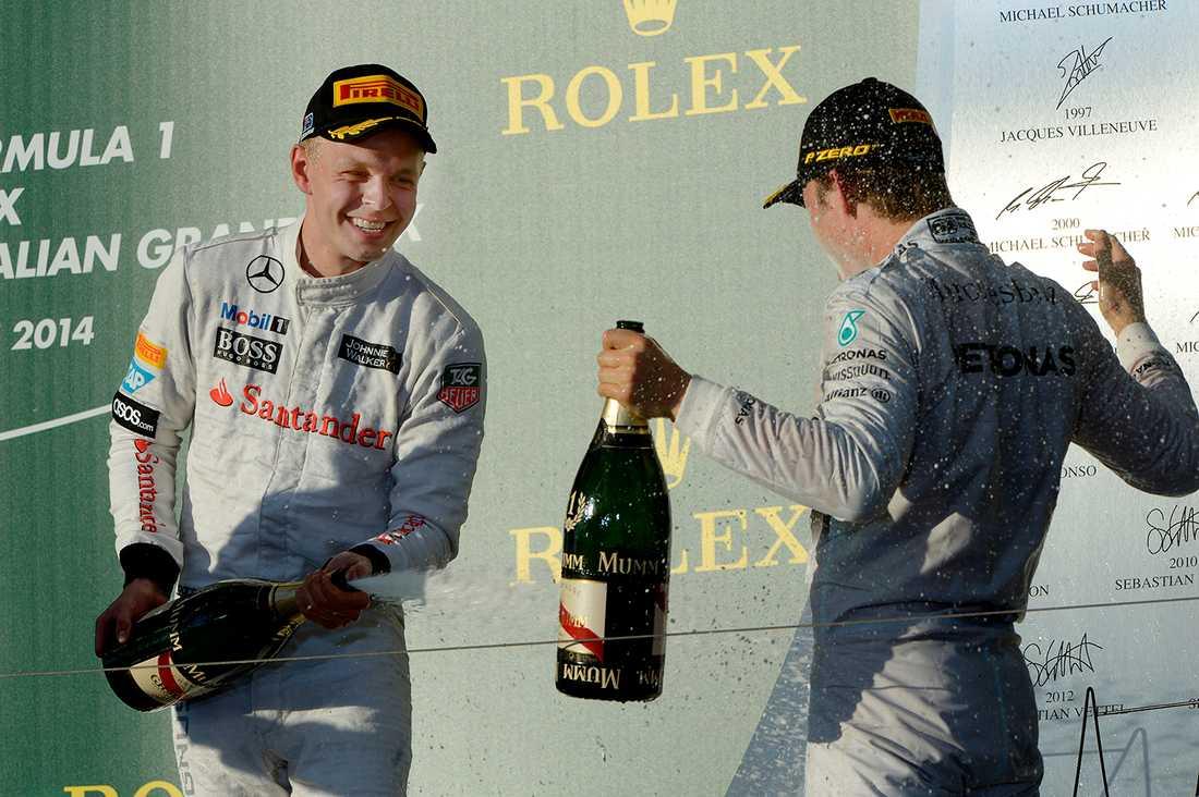 Trean Kevin Magnussen sprutar ner vinnaren Nico Rosberg med champagne.