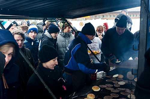 Köttig protest Lantbrukarnas riksförbund (LRF) protesterar mot de köttfria dagarna på en skolbespisning i Nyköping och bjuder elever på hamburgare.