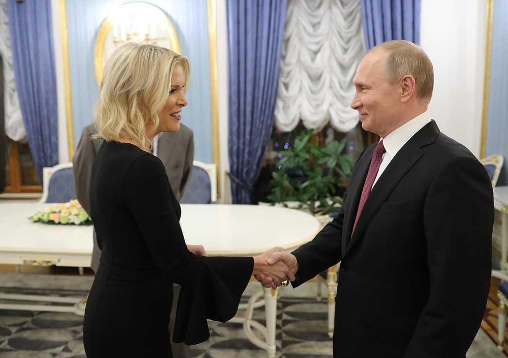 Vladimir Putin skakar hand med NBC:s nyhetsankare Megyn Kelly.