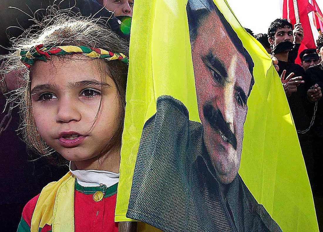 En kurdisk flicka hyllar PKK-ledaren Abdullah Öcalan under en demonstration 2002.