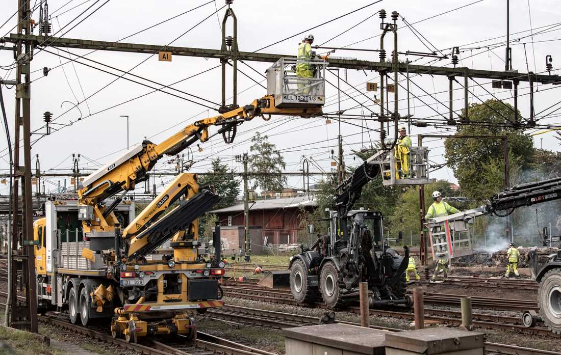 Efter branden: skadade kontaktledningar och signalsystemkablarna demonteras och röjs undan strax norr om Hässleholm C. Arkivbild.