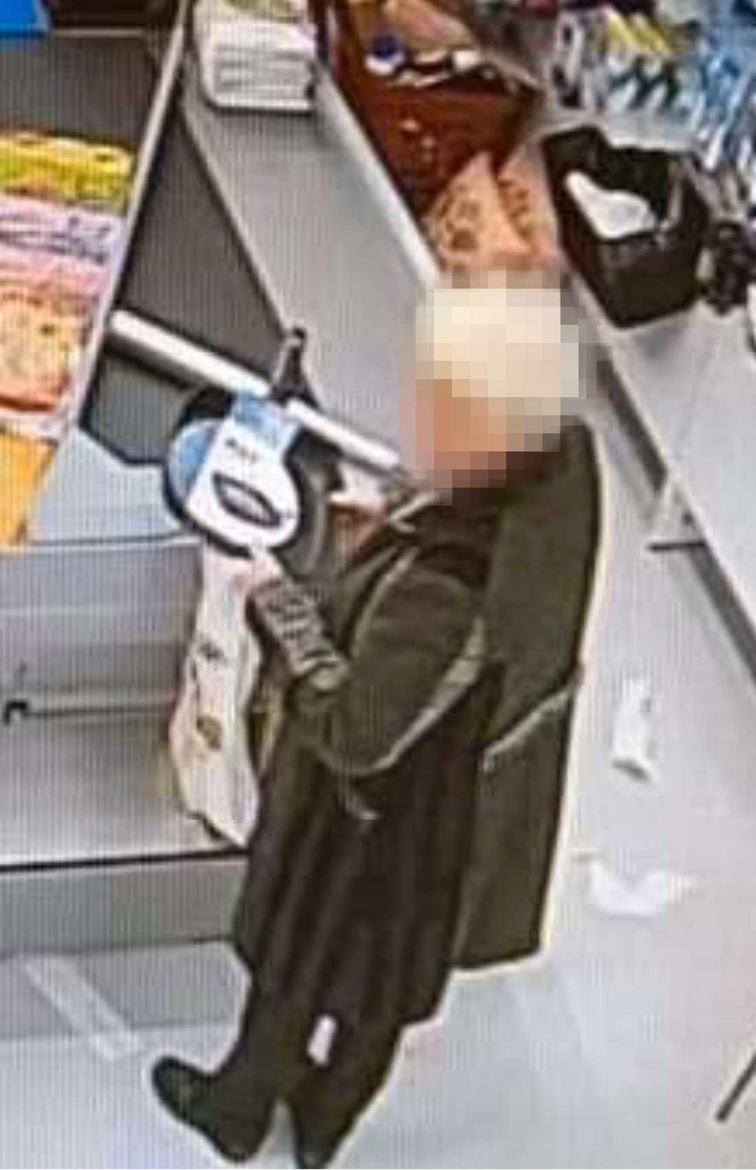 Kvinnan fångades på bild när hon köpte en stekpanna.