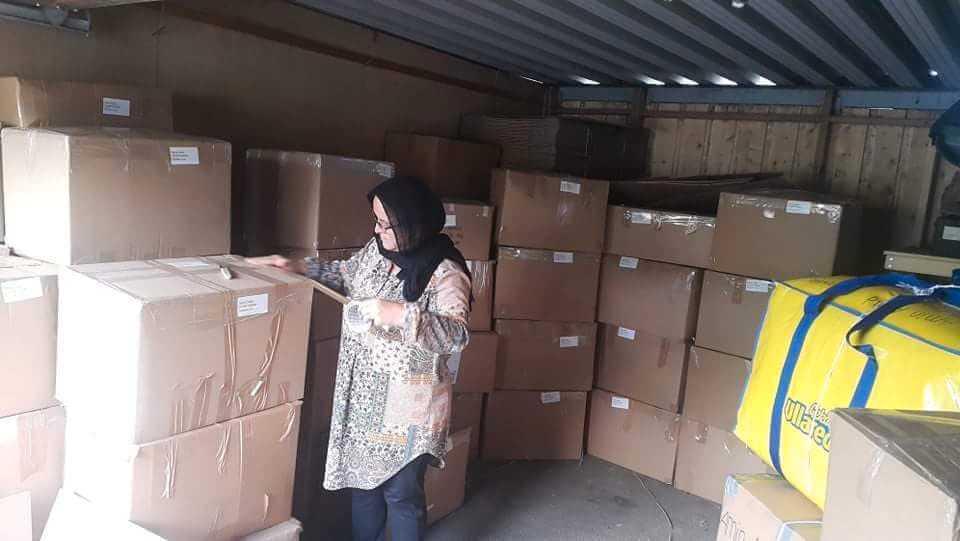 Både privatpersoner och företag i Falköping donerar kläder som Sara Doski fraktar ner till syriska gränsen.