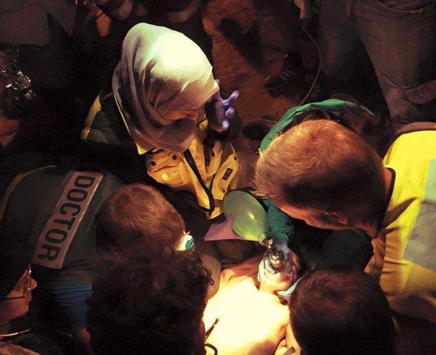 Isra Abdali försöker med annan frivillig sjukvårdspersonal rädda livet på ett barn.