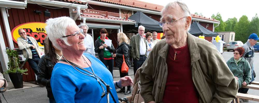 Ulla Sjöö hjälper till med ryggmassage mot Ingvar Kamprads ryggont i Agunnaryd