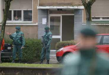 JAGAR MORDKOMMANDO Spanska civilgardister bevakar en lägenhet i baskiska staden Miravalles där en av de gripna ETA-terroristerna bodde. De två 24-åringarna har erkänt att de ingick i ett mordkommando med uppgift att angripa den spanske kronprinsens bröllop. Polisen sätter nu in stora resurser för att gripa de övriga medlemmarna i ETA-gruppen.