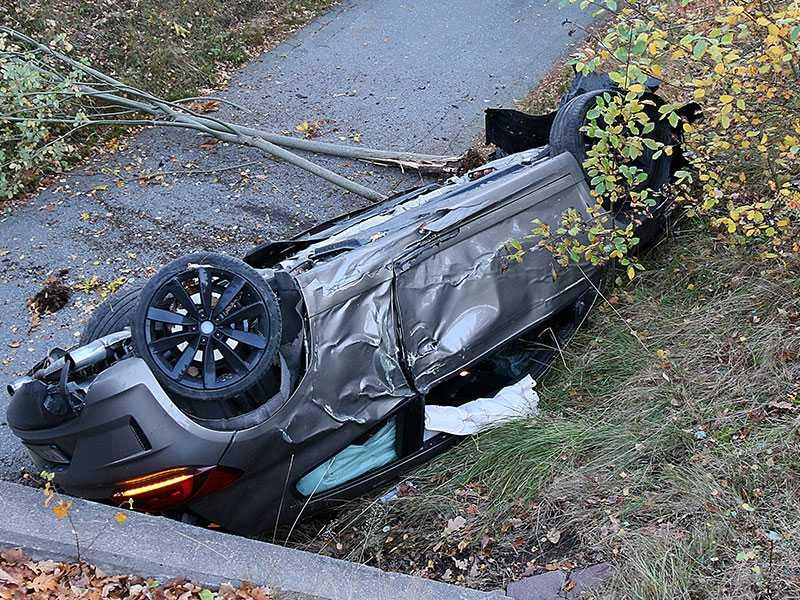 Natten mellan fredag och lördag kraschade en onykter Västervik-spelare sin bil (bilden) och åkte fast för rattfylla. Natten efter åkte även en lagkamrat till honom fast för rattfylla.