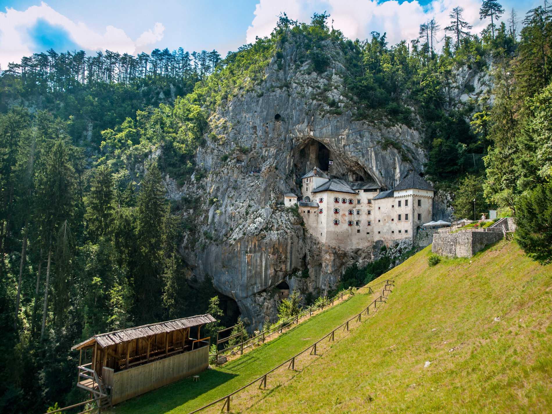 Predjama slott ligger halv inne i en grotta.
