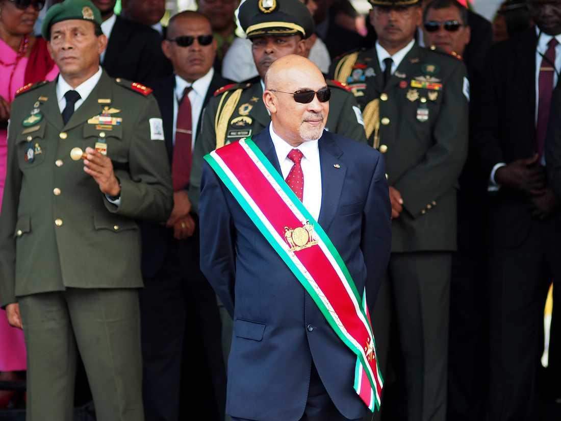 Surinams president Dési Bouterse bevistar en militärparad då han svors in för sin andra mandatperiod i augusti 2015. Arkivbild.