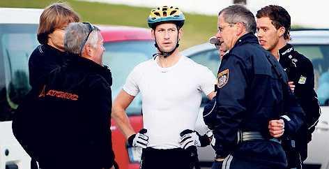 17.05, lördag: Herrlandslaget tvingas avbryta sitt intervallpass när en österrikisk polis knuffar Jens Eriksson så han ramlar på Anders Södergren, som i sin tur trillar och slår i sin axel. Ett stort bråk utbryter efter händelsen, där åkarna skriker och skäller på den civilklädda polisen.