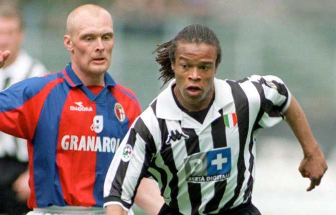 Proffsklubb nummer fem blev Bologna FC 1998-2000 – här i kamp med Edgar Davids.