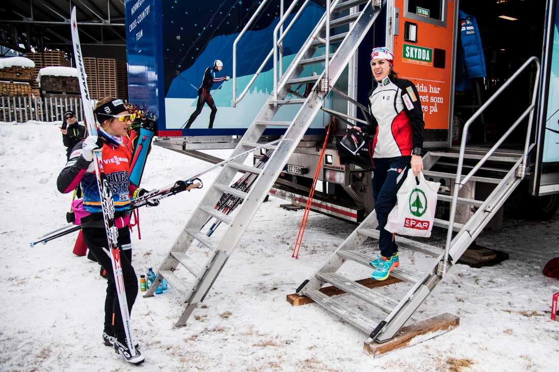 Ingvild Flugstad Östberg och Heide Weng möts vid vallarbussen efter dagens träning i Val di Fiemme.