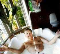 """MJÖLKBAD Mjölk duger att bada i, enligt Anna Skipper. Här tar sig Bert Karlsson ett dopp i """"Du är vad du äter""""."""
