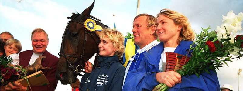 Ina Scot efter att ha vunnit Kriteriet. Här tillsammans med Kjell P Dahlström, Helen A Johansson och dåvarande skötaren Veronica.