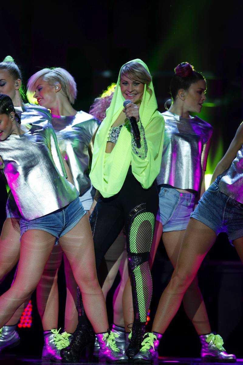 """""""Goosebumps"""" - Hanna Lindblad: ++ Förra gången som hon tävlade dansade hon i nätstrumpor. Nu dansar Hanna Lindblad i neon. Låten är snabb tuggummipop. Föreställ er att amerikanska soulstjärnan Rihanna åker bil jättefort. Energin kör på femmans växel numret igenom. Men helheten är lika anonym som en Volvo i trafiken. Gåshud? Det är i så fall gåshud med soppatorsk."""
