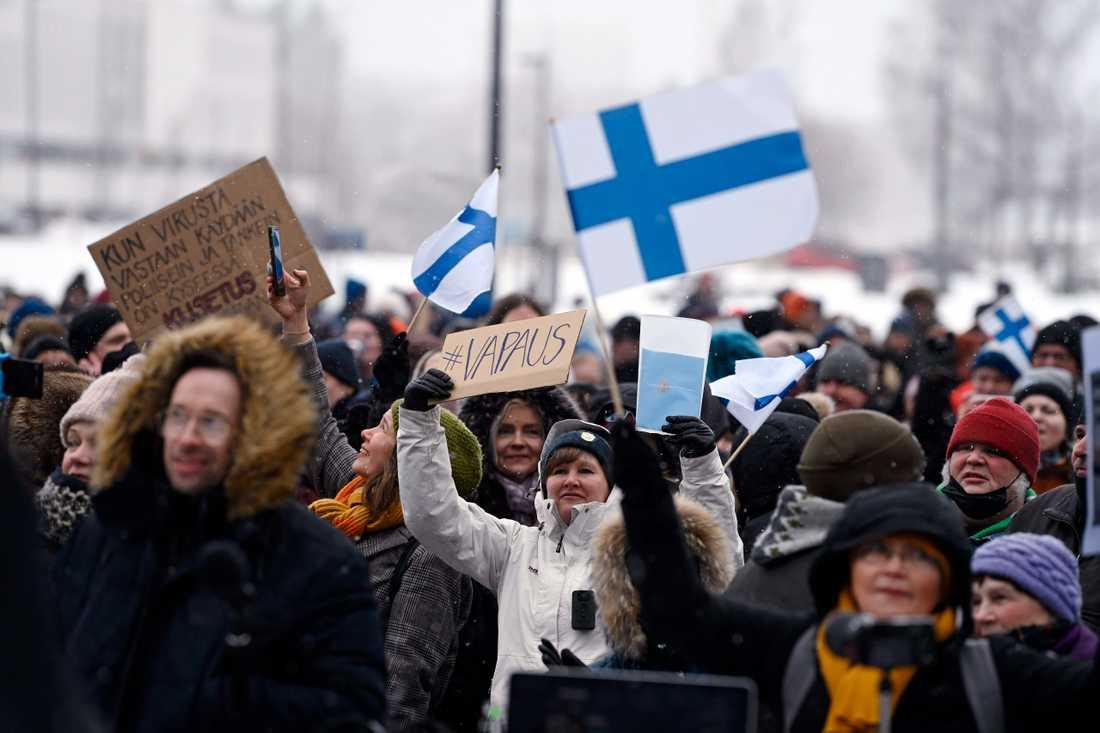 Det har protesterats mot coronarestriktioner i Helsingfors. På bilden syns en tidigare protest med samma syfte i slutet av mars. Arkivbild.