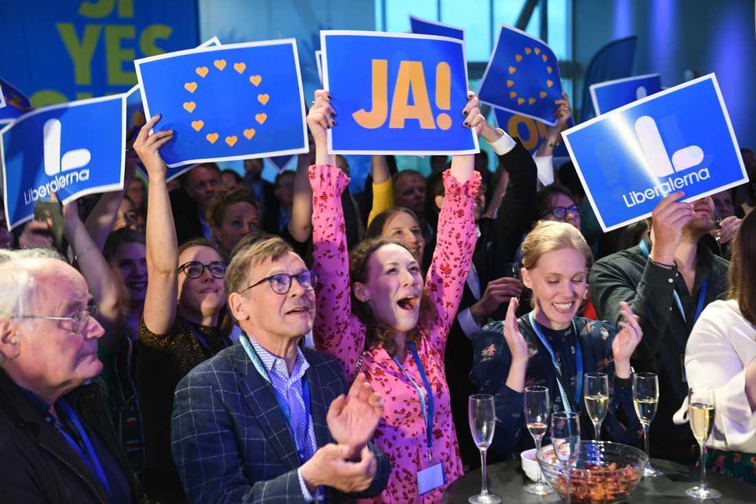 Jubel på Liberalernas valvaka på Clarion Hotel i Stockholm då partiet, som i opinionsmätningar legat nära fyraprocentsspärren, får 4,4 procent, enligt SVT:s vallokalsundersökning.