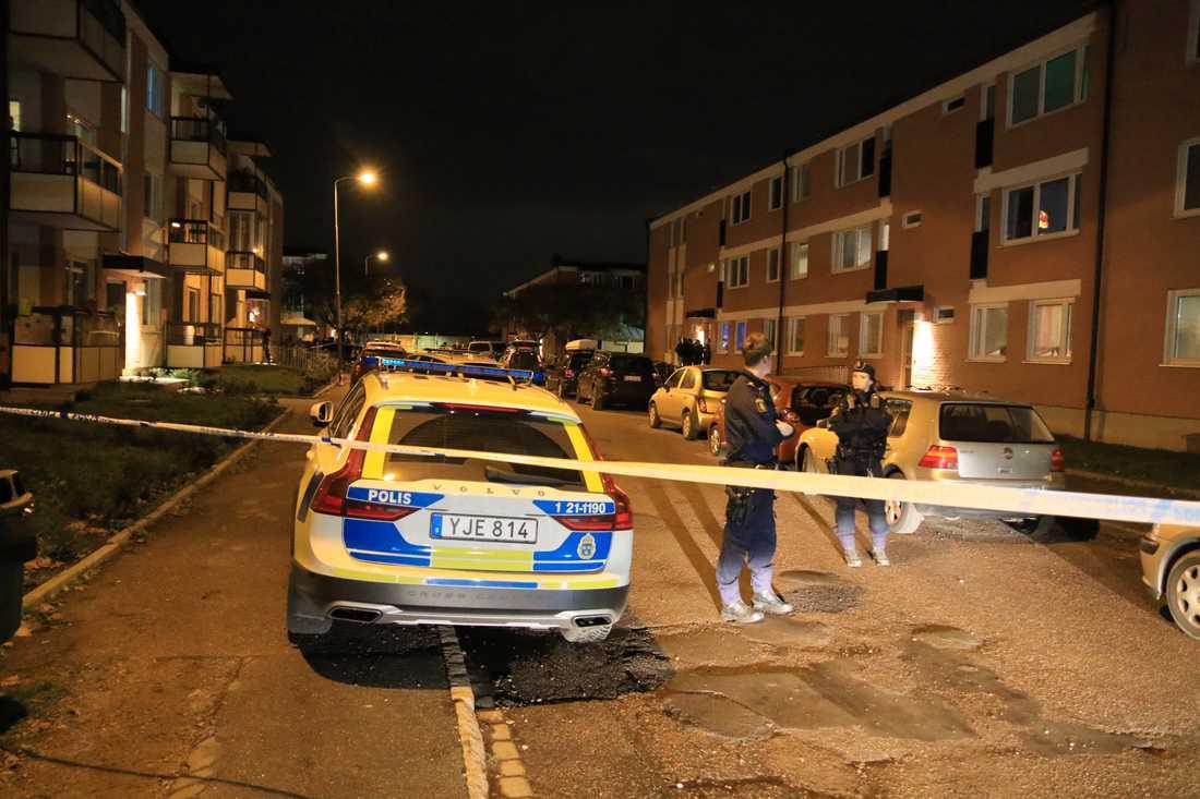 Två personer har förts till sjukhus efter skottlossningslarm i Uppsala.