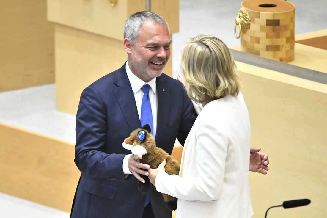 Jan Björklund firades av i riksdagen i går. Han fick en räv av Ebba Busch Thor.