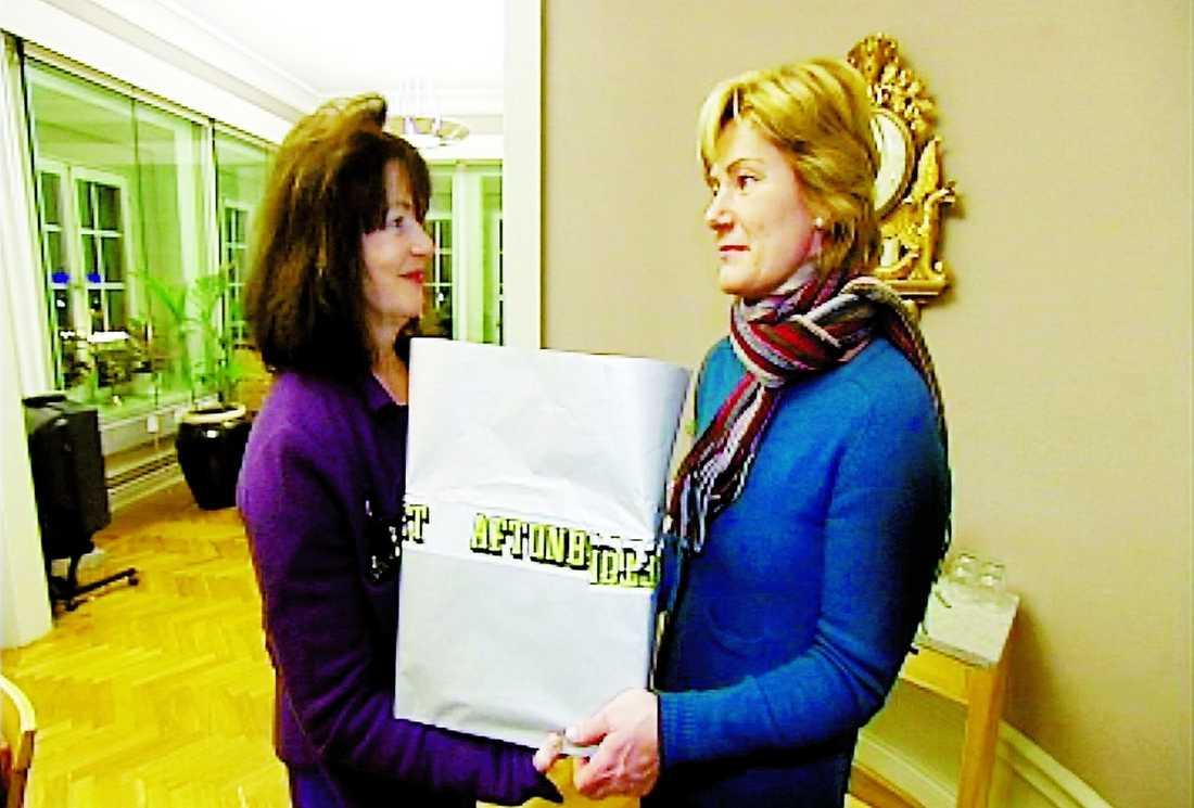 155 000 NAMN Monica Gunne överlämnar underskrifter från människor som läst Aftonbladets serie Vågar du blir gammal –till äldreminister Maria Larsson (kd).
