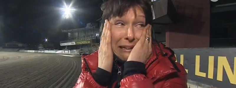 Sofie Österberg kunde inte hålla tårarna tillbaka efter segern med Research på V86.
