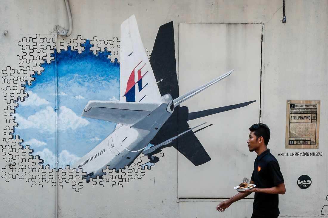 Målning föreställande det försvunna flygplanet, Malaysia Airlines flight 370, utanför Kuala Lumpur. Arkivbild.