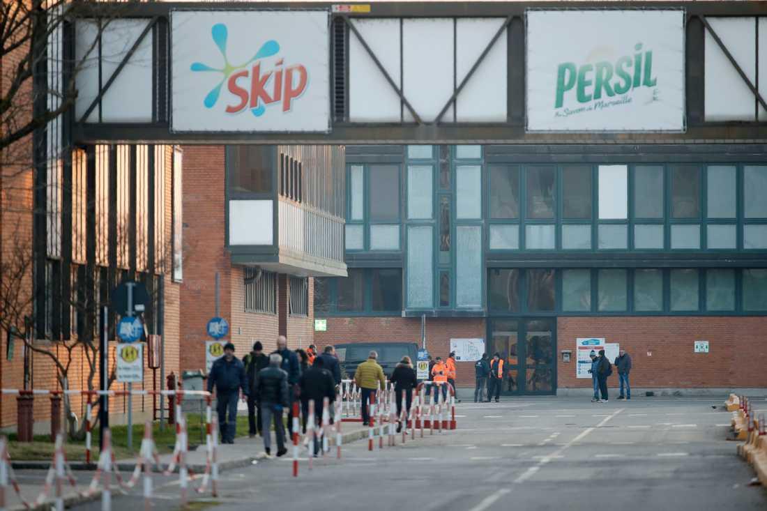 Fabriksarbetare i Casalpusterlengo nära staden Lodi i norra Italien köar för att testas för coronaviruset.