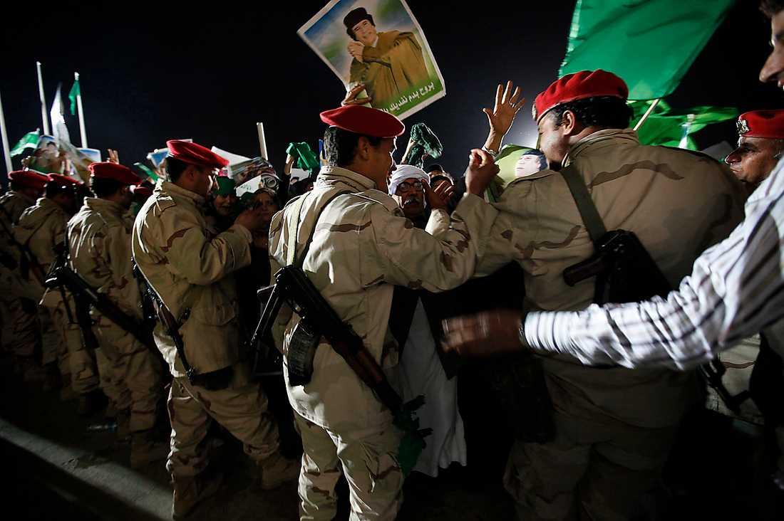 Tusentals supportrar till Gaddafi hade i natt samlats vid hans högkvarter som mänskliga sköldar för att skydda honom mot flygbombningarna.