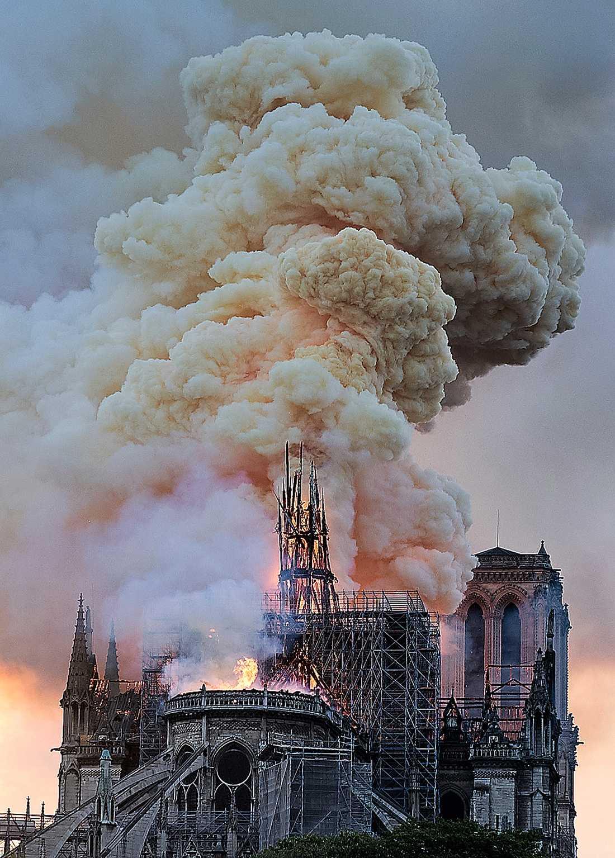Det var strax innan klockan 19 som brandmännen larmades till katedralen.