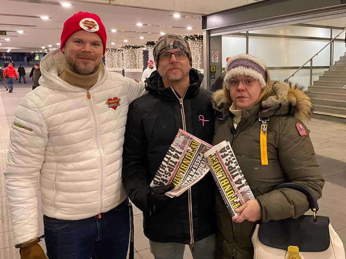 Idag delar vi ut tidningar vid centralen. Lars och Lena Jeppsen har precis fått varsitt ex av Tomas Lindberg, Annonsdax.