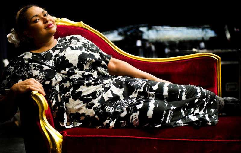 """Divan på divanen  Camilla Henemark brukade bo på lyxhotell månader i sträck när hennes musik- och modellkarriär var på toppen. Men sedan gick det utför och pengarna och berömmelsen försvann – fram tills boken """"Den motvilliga monarken"""" nådde hyllorna. Då skrevs det spaltmeter om henne och hennes påstådda romans med Carl XVI Gustaf."""
