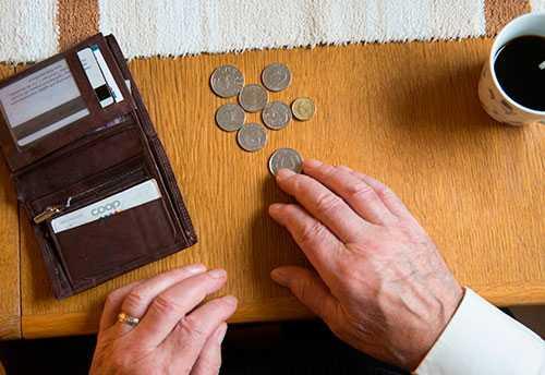 200 000 pensionärer med inkomst mellan 211 000 och 240 000 kronor får betala mer i skatt på sin pension, trots att regeringens högsta företrädare lovat lägre skatt, skriver debattören.