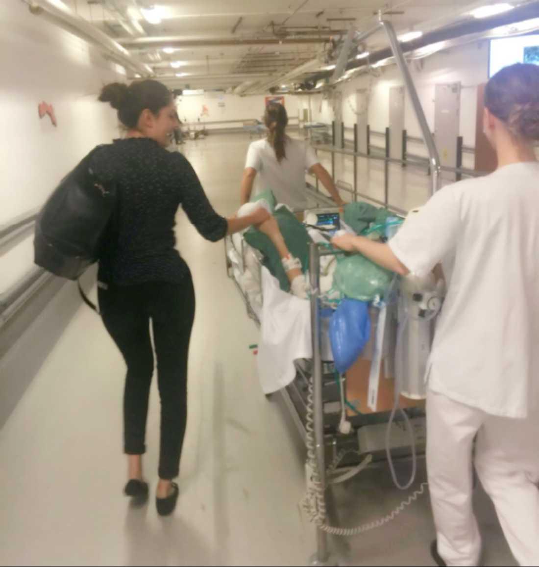 Lucas Sjölund Jurado flyttas från intensiven till en vårdavdelning,  frun Victoria Sjölund Palomino finns hela tiden vid hans sida.