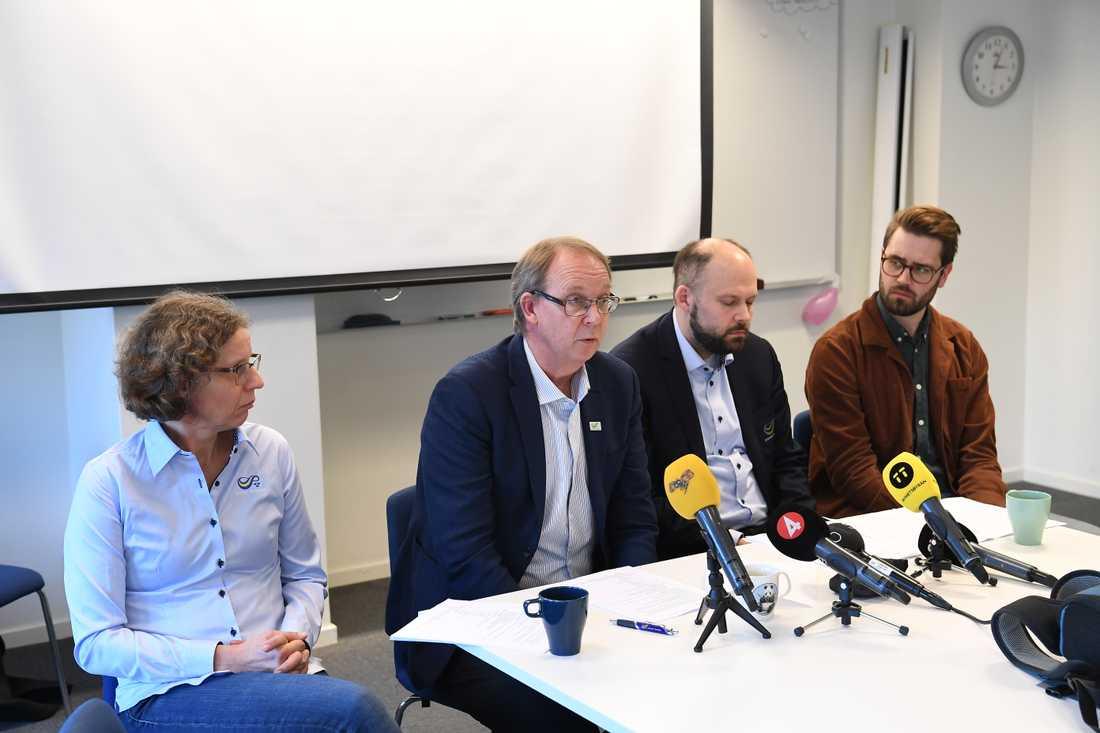 Från vänster: Karin Torneklint, förbundskapten, Stefan Olsson, generalsekreterare, Johan Storåkers, ordförande och Spårvägens tränare David Fridell.