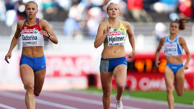 Moa Hjelmer imponerade stort i semifinalen på 400 meter med svenskt rekord.