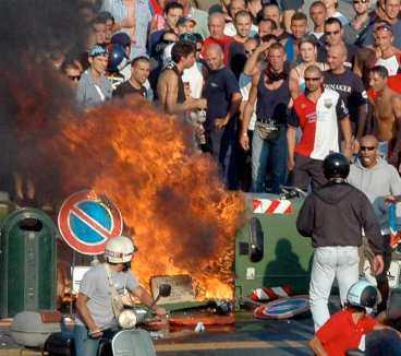 Missnöjda Genoas supportrar reagerade kraftfullt när de nåddes av beskedet om tvångsnedflyttning. De marscherade genom staden och tände eld på soptunnor.