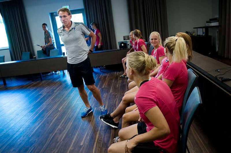 LAGET FÖRE JAGET  Två dagar före ödesmatchen mötte Andrée Jeglertz pressen med ett finskt lagbygge han älskar. I Sverige spelar stjärnorna mer för sig själva, menar han.
