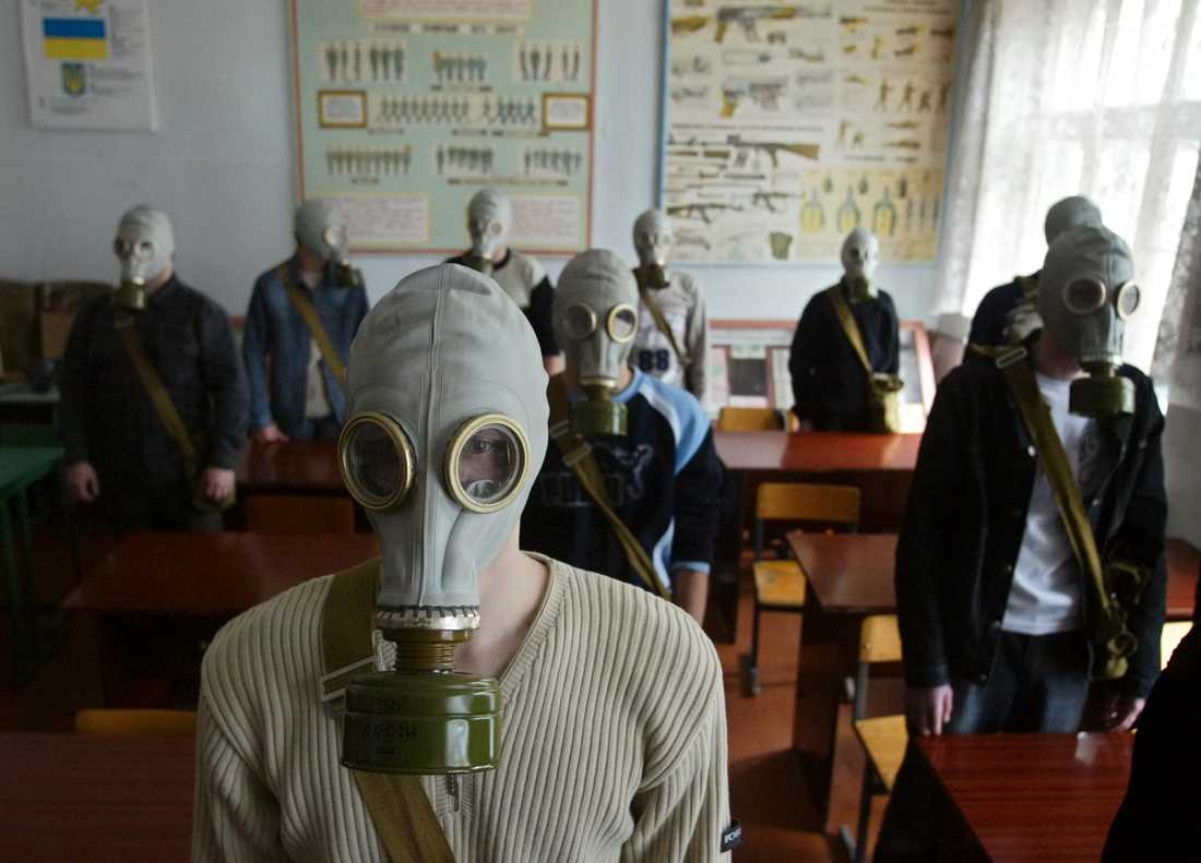 En ukrainsk skolklass under en övning 2006, strax utanför den förbjudna zon som fortfarande omger Tjernobyl där en kärnkraftsreaktor exploderade 1986. Arkivbild.