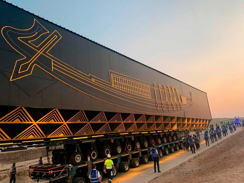 En specialbyggd transportbur kommer lastad med ett 4600 år gammalt solskepp. Pressbild.