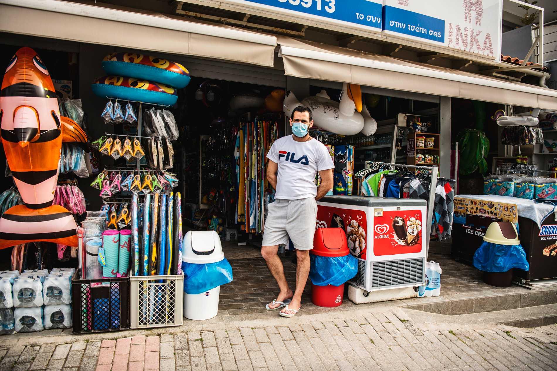 I butiken säljer han allt möjligt.